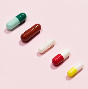 Pílulas diferentes de alto ângulo na mesa