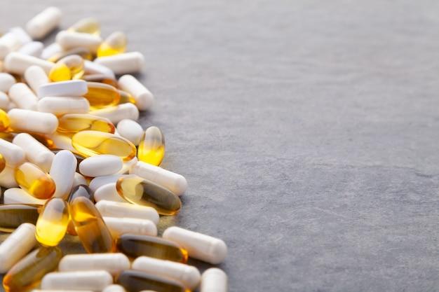 Pílulas diferentes em cinza