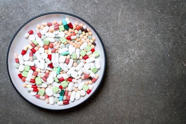 Pílulas, drogas, farmácia, medicina ou médicos na placa