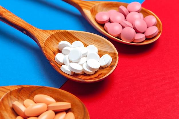 Pílulas multicoloridas em uma colher