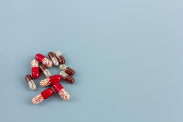 Pílulas multicoloridas ou cápsulas com espaço de cópia.