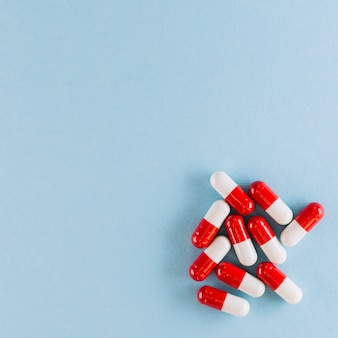 Pílulas vermelhas e brancas