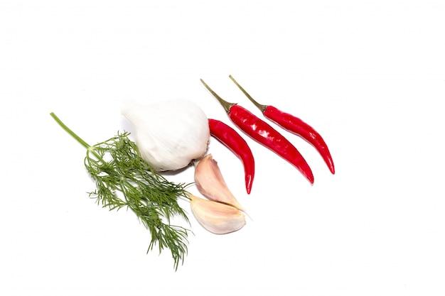 Pimenta, alho, pimenta preta em um fundo branco, um conjunto de ingredientes afiados