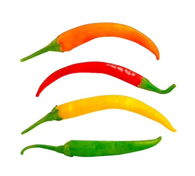 Pimenta amarga de cores diferentes em um fundo branco