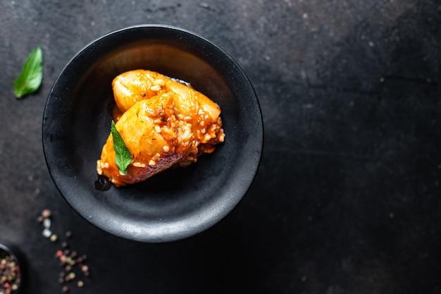 Pimenta arroz recheado molho de tomate vegetal fresco no prato legumes na mesa refeição lanche