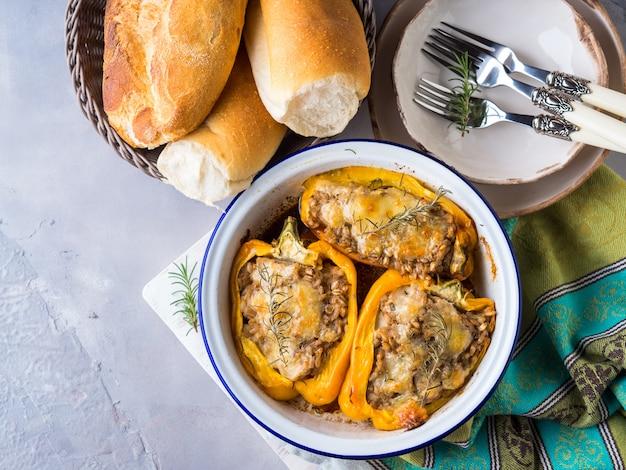 Pimenta belle recheada com cevada e carne