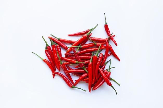 Pimenta de pimentão quente no fundo branco.