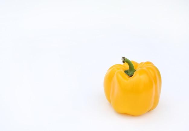 Pimenta de sino amarelo no fundo branco.
