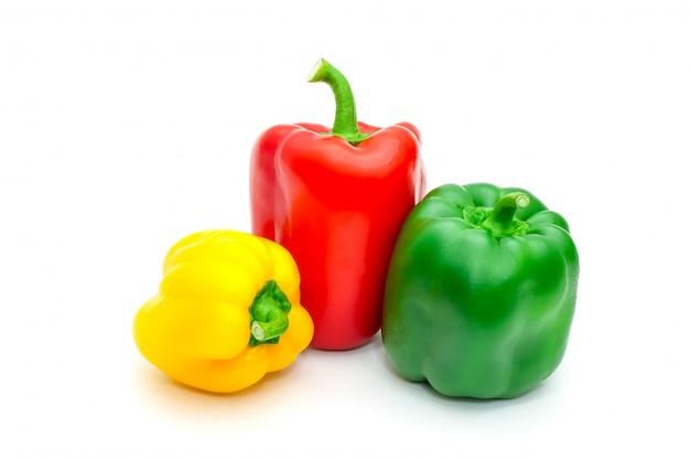 Pimenta de sino ou capsicum fresco verde, amarelo e vermelho isolados no branco.