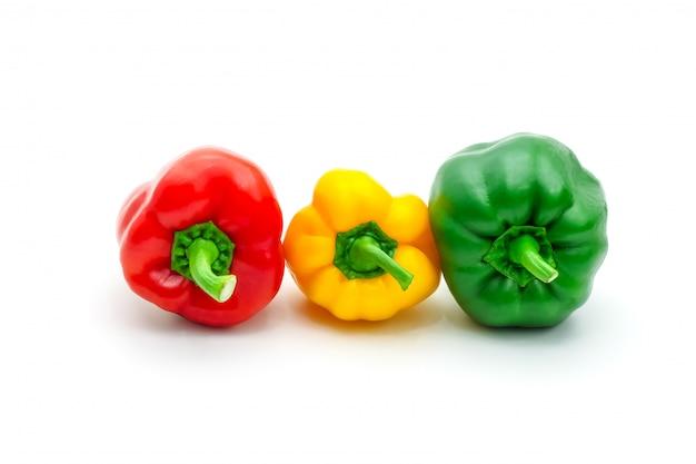 Pimenta de sino ou capsicum fresco verde, amarelo e vermelho isolados.