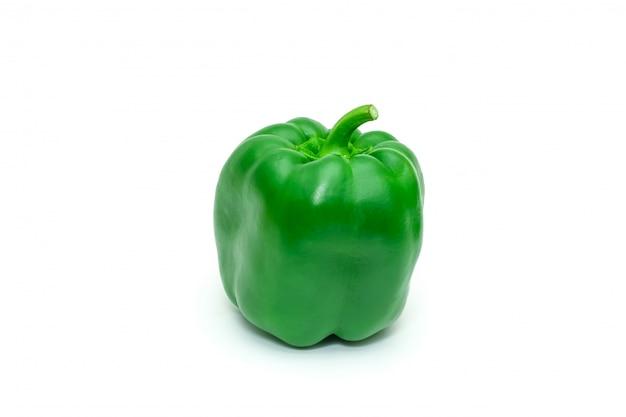 Pimenta de sino ou capsicum fresco verde isolada no branco.