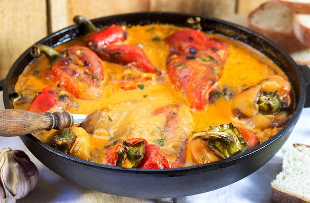 Pimenta doce ao molho de tomate e creme de leite, prato tradicional em alguns países europeus