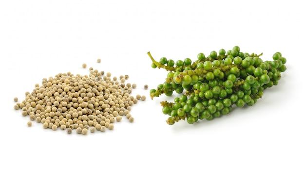 Pimenta e cachos de pimenta verde fresca, isolado no branco