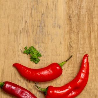Pimenta e salsa na mesa de madeira