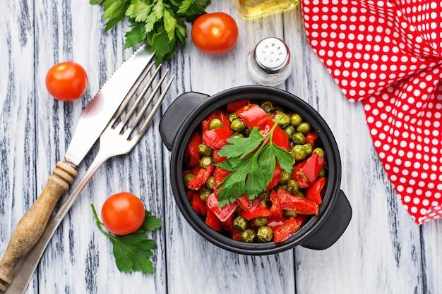Pimenta estufada, tomate e ervilhas