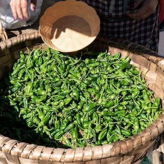 Pimenta fresca padron na cesta no mercado dos fazendeiros