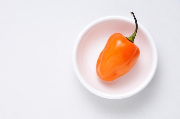 Pimenta habanero e fundo branco