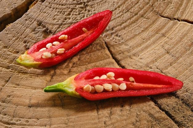 Pimenta jalapeño cortada em duas metades na mesa de madeira