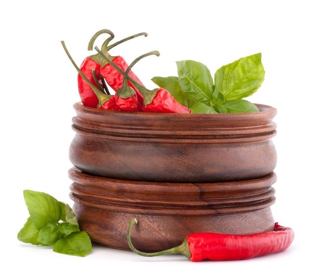 Pimenta malagueta vermelha quente ou pimenta malagueta em uma pilha de tigelas de madeira isolada em um recorte de fundo branco
