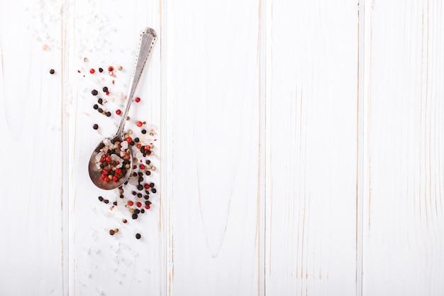 Pimenta preta, branca e vermelha e sal na colher
