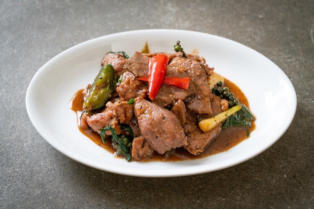 Pimenta preta frita com pato - comida asiática