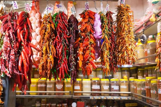 Pimenta quente e alho no mercado