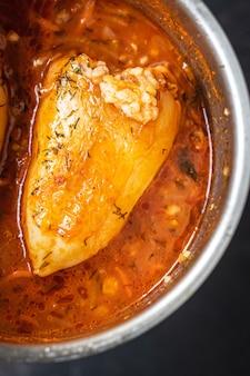 Pimenta recheada arroz vegetal molho de tomate legumes frescos no prato na mesa refeição lanche