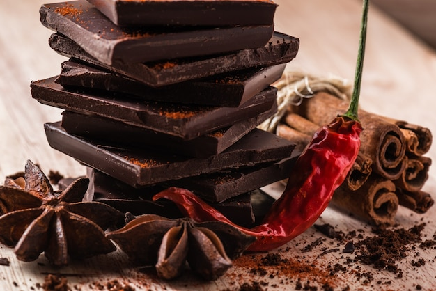 Pimenta seca com chocolate, estrela de erva-doce e canela em pau