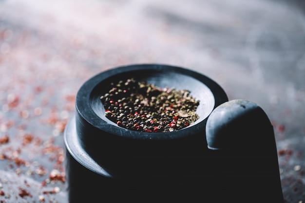 Pimenta seca meio esmagada colocada em um almofariz.
