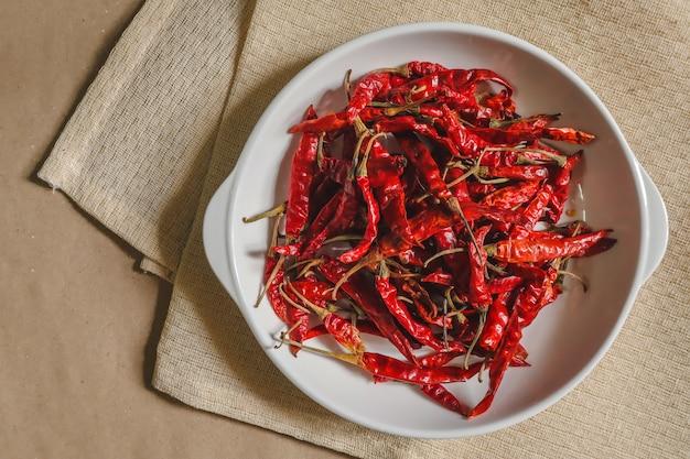 Pimenta seca, pimenta vermelha em um prato branco, pronto para cozinhar, comida