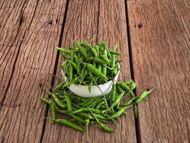 Pimenta verde em uma tigela branca