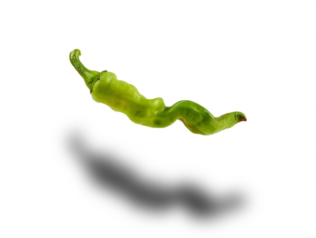 Pimenta verde inteira isolada no branco