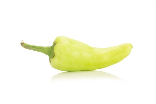 Pimenta verde isolada no fundo branco