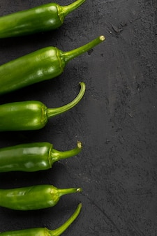 Pimenta verde picante em fundo preto