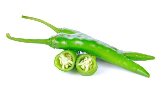 Pimenta verde quente isolada no branco