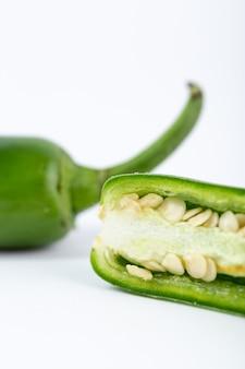 Pimenta verde quente vegetal picante no fundo branco