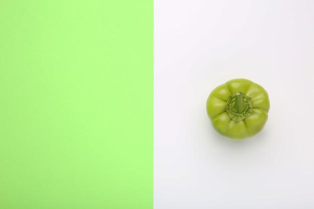 Pimenta verde sobre fundo colorido, com espaço de cópia