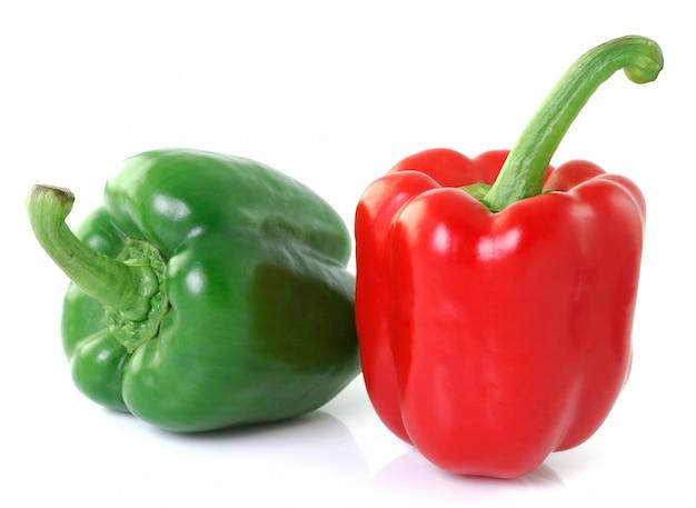 Pimenta verde vermelha isolada