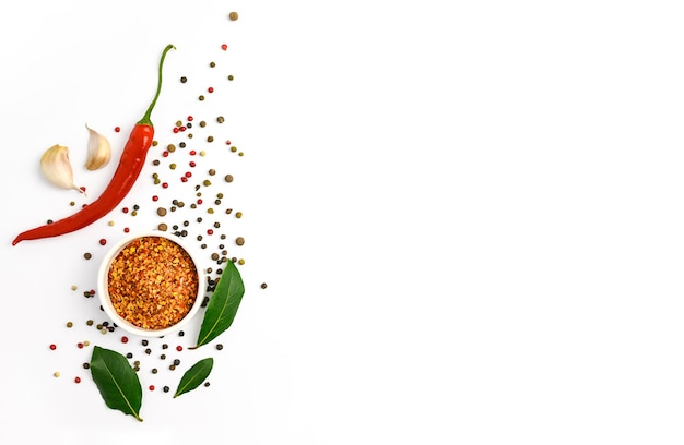 Pimenta vermelha, alho, folha de louro e várias especiarias