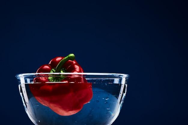 Pimenta vermelha brilhante doce em vitaminas da bacia de vidro.