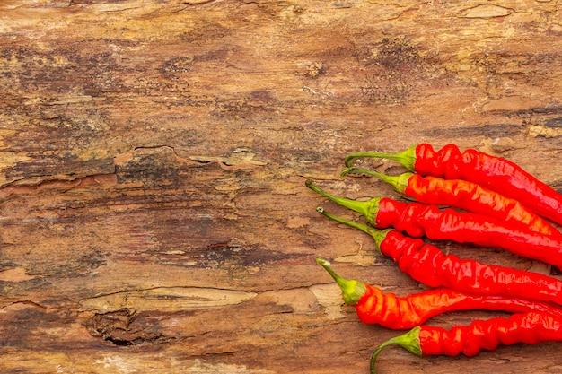 Pimenta vermelha e laranja com alho cozinhar