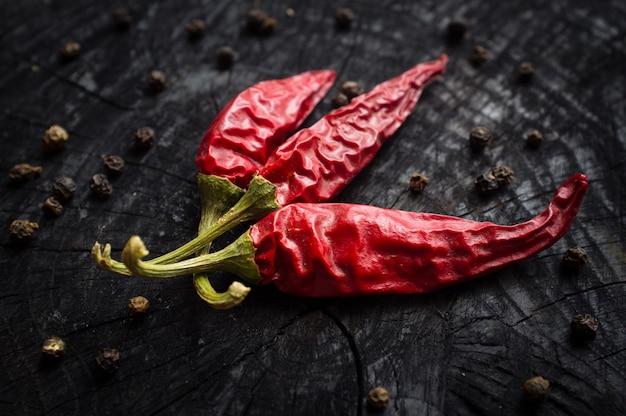 Pimenta vermelha e pimenta preta no quadro escuro