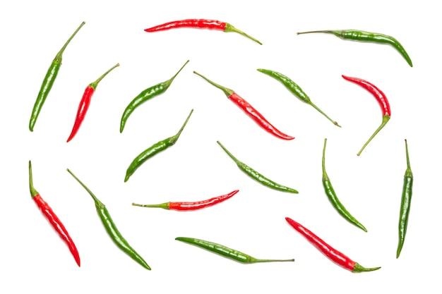 Pimenta vermelha e verde em fundo branco. padrão de comida brilhante. vista superior, configuração plana