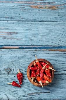 Pimenta vermelha em fundo azul