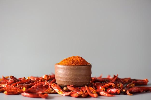 Pimenta vermelha em pó ou páprica em uma tigela de madeira sobre um fundo escuro, close-up. ingredientes de cozinha, sabor.