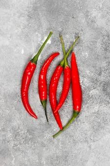 Pimenta vermelha em um fundo cinza. vista do topo. fundo de alimentos