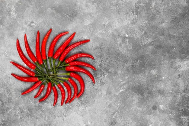 Pimenta vermelha em um fundo cinza. vista superior, copie o espaço. fundo de alimentos