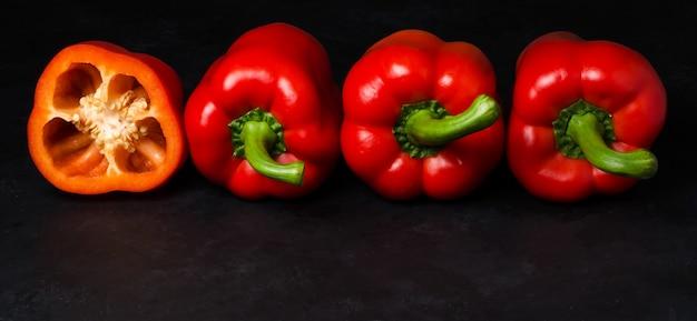 Pimenta vermelha em um fundo preto. páprica. a espécie capsicum annuum. copie o espaço