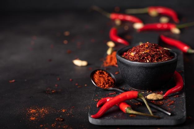 Pimenta vermelha fresca e seca moída