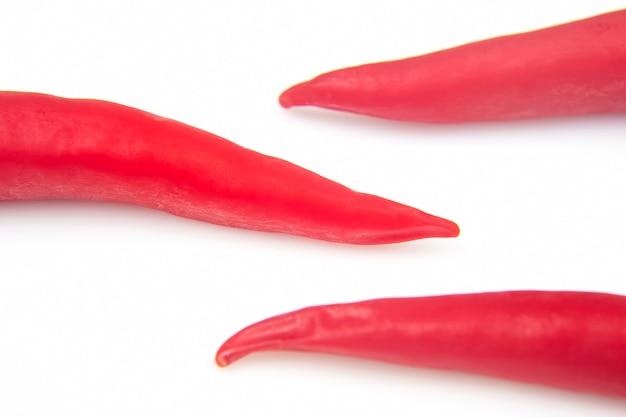 Pimenta vermelha fresca em um fundo branco
